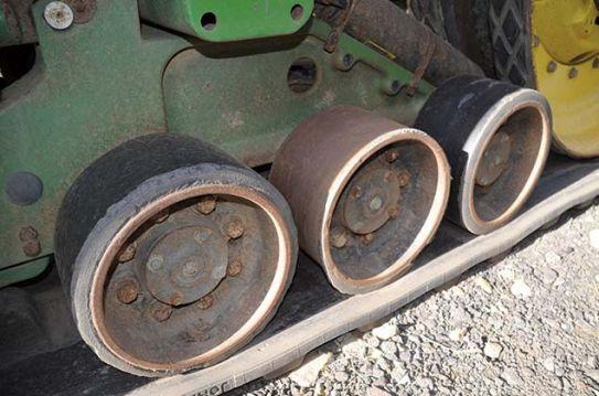 Susidėvėjęs John Deere 8520T traktoriaus gumuotas atraminis ritinėlis. Bus restauruotas poliuretanu.